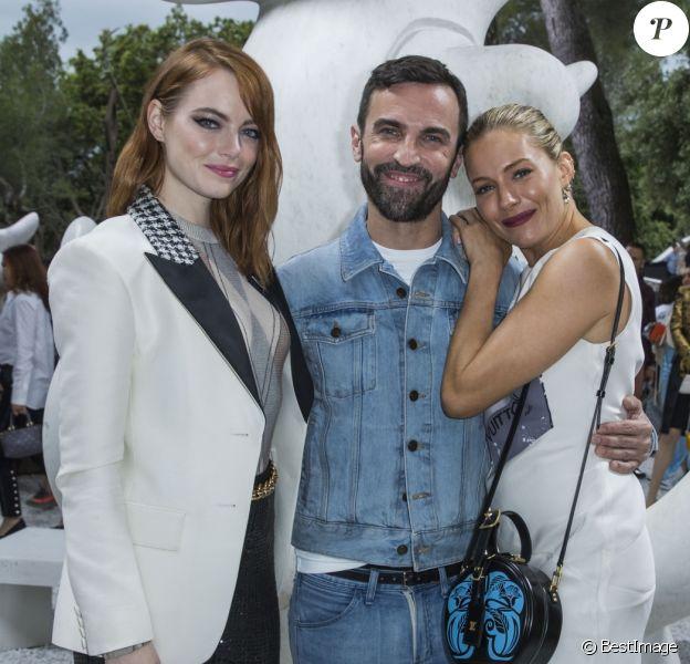 Emma Stone, Nicolas Ghesquière et Sienna Miller - Greeting Front au défilé de la collection croisière Louis Vuitton 2019 dans les jardins de la fondation d'art Maeght à Saint-Paul-De-Vence, France, le 28 mai 2018.