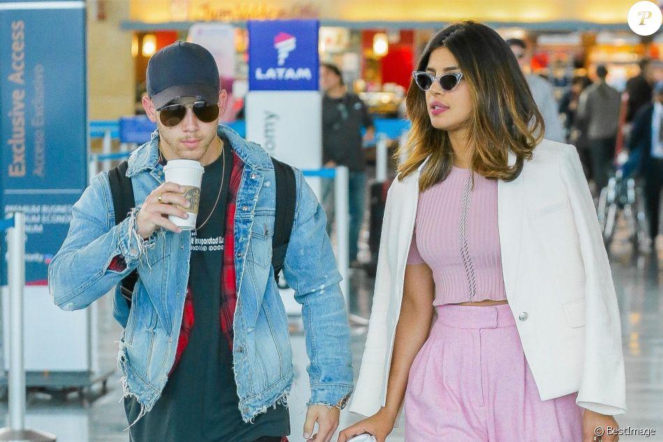 Priyanka Chopra et Nick Jonas, qui seraient en couple, arrivent à l'aéroport JFK de New York le 8 juin 2018.