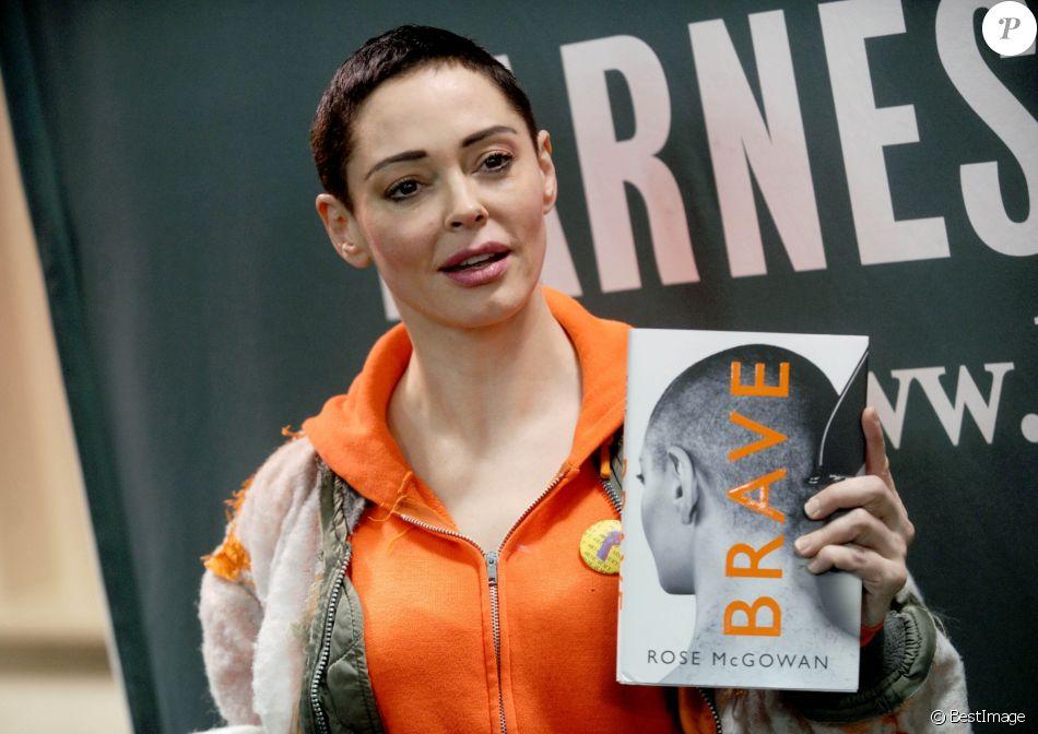 """Rose McGowan en dédicace de son livre """"Brave"""" chez Barnes & Noble à New York. Le 31 janvier 2018"""