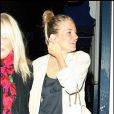 Sienna à la sortie du Groucho club à Londres, le 14 avril 2009. Total look black & white !