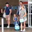 Semi-Exclusif - Zara Phillips (Tindall) , enceinte, son mari Mike Tindall et leur fille Mia Grace, avec sa mini valise trottinette arrivent sur la Gold Coast en Australie le 6 janvier 2018.
