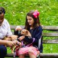 Suri Cruise, une attelle à la cheville, joue avec ses chiens dans un parc à New York, le 23 juin 2018.