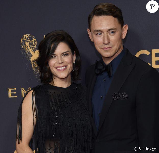 Neve Campbell et son compagnon JJ Feild à la 69ème soirée annuelle des Emmy awards au théâtre Microsoft à Los Angeles, le 17 septembre 2017