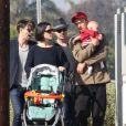 Neve Campbell, son petit ami J.J. Feild et leur fils Caspian se promènent à Los Angeles, le 21 novembre 2012.
