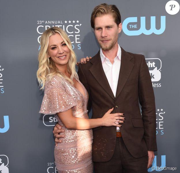 """Kaley Cuoco et son fiancé Karl Cook lors des """"23ème Critics Choice Awards"""" au Barker Hangar à Los Angeles, le 11 janvier 2018."""