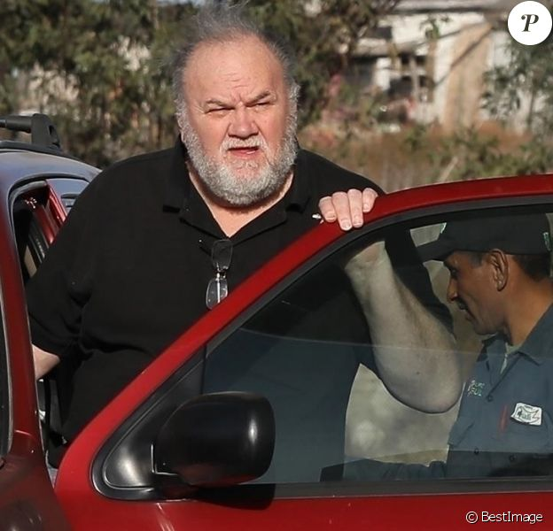 Exclusif - Le père de Meghan Markle, Thomas Markle Senior ( père de Meghan) a été aperçu en train de faire réparer sa voiture dans une station essence à Rosarito au Mexique, le 5 décembre 2017.