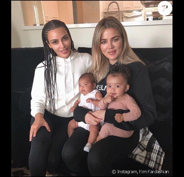 Kim et Khloé Kardashian avec leurs filles respectivement, Chicago et True. Photo postée le 27 juin 2018.