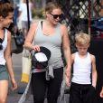 Hilary Duff, enceinte, et son fils Luca Comrie se promènent dans les rues de Los Angeles, le 7 juillet 2018.