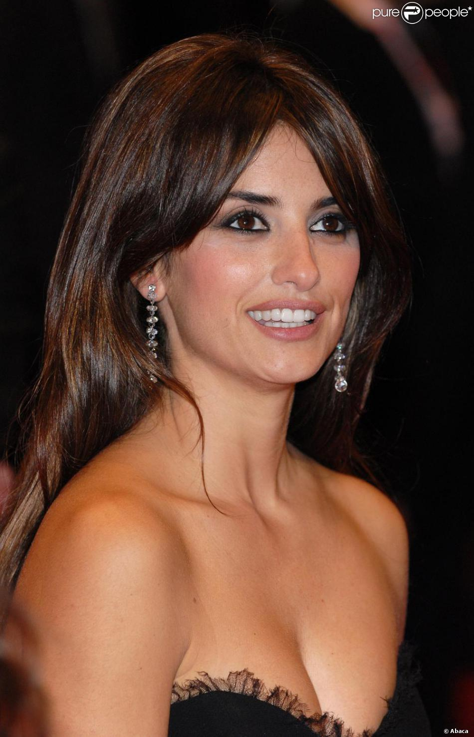 L 39 actrice ib re penelope cruz lors du festival du film de berlin a choisi de mettre l 39 accent - Actrice yeux bleus ...