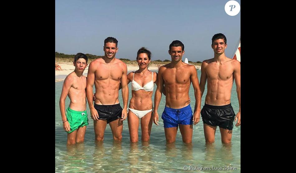 Véronique Zidane avec ses 4 enfants, Enzo, Luca, Théo et Elyaz, à Formentera le 14 juillet 2018.