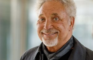 Tom Jones, son fils caché et SDF le supplie :