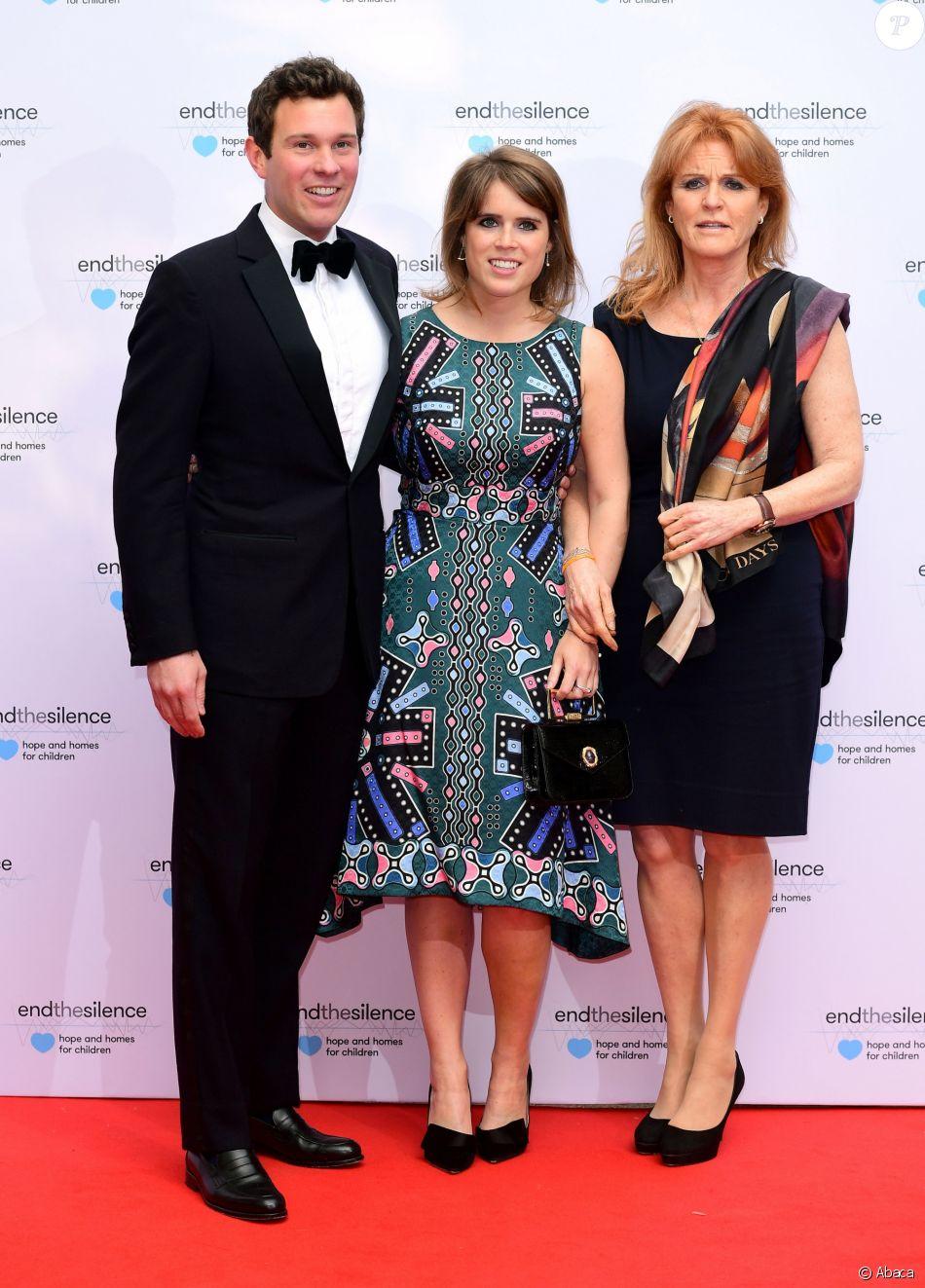 La princesse Eugenie d'York avec son compagnon Jack Brooksbank et sa mère Sarah Ferguson en mai 2017 lors d'un gala caritatif à Londres.