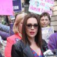 """Alyssa Milano - Des personnalités féminines se sont rassemblées au pied de la statue """"Fearless Girl"""" pour demander la ratification de la proposition d'amendement """"Equal Rights Amendment (ERA)"""", déposée dans les années 1920, qui visait à garantir que l'égalité des droits entre les sexes, et qui n'a jamais été raifiée, à New York. Le 4 juin 2018"""