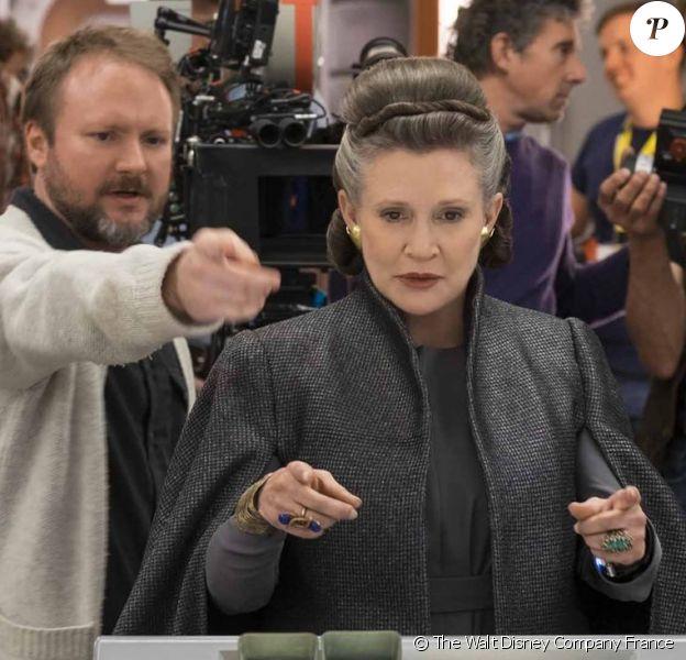 """Carrie Fisher et Rian Johnson sur le tournage de """"Star Wars, Episode VIII : Les Derniers Jedi"""", sorti en décembre 2017."""