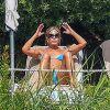 Jennifer Aniston, en bikini, se la coule douce en Italie, sans Dany Boon