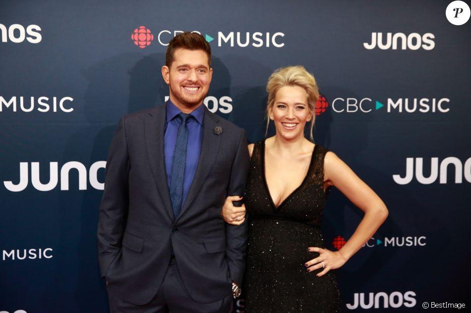 Michael Bublé et sa femme Luisana Lopilato enceinte posent sur le tapis rouge des Juno Awards à Vancouver, le 25 mars 2018.