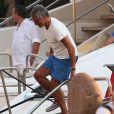 Nagui est de retour en bateau sur le port de Saint-Tropez le 30 juillet 2018.