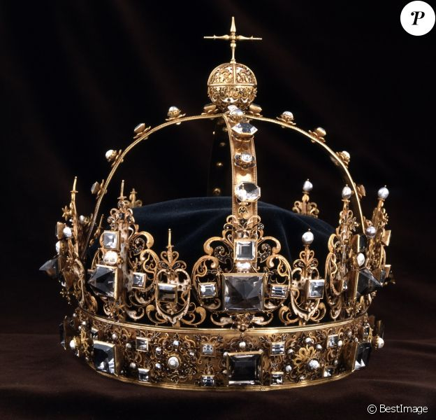 Deux malfaiteurs sont parvenus à voler deux couronnes (l'une ayant appartenu à Charles IX, l'autre à son épouse la reine Kristina) et un orbe dans la cathédrale de Strängnäs, à l'ouest de Stockholm, avant de s'enfuir en bateau, le 31 juillet 2018.