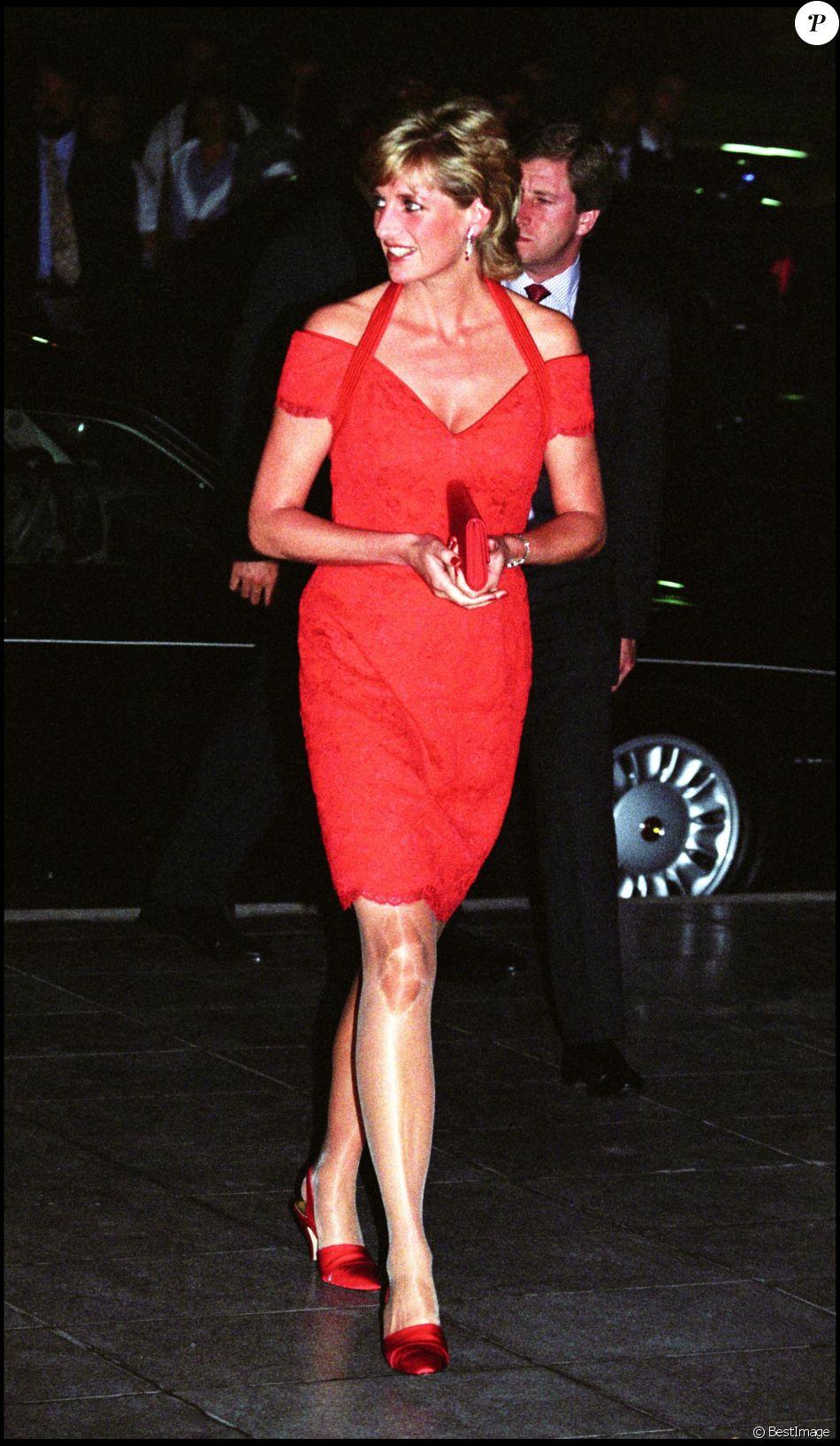 e3156ac41a9 Lady Diana en robe rouge ajustée à la taille à Londres