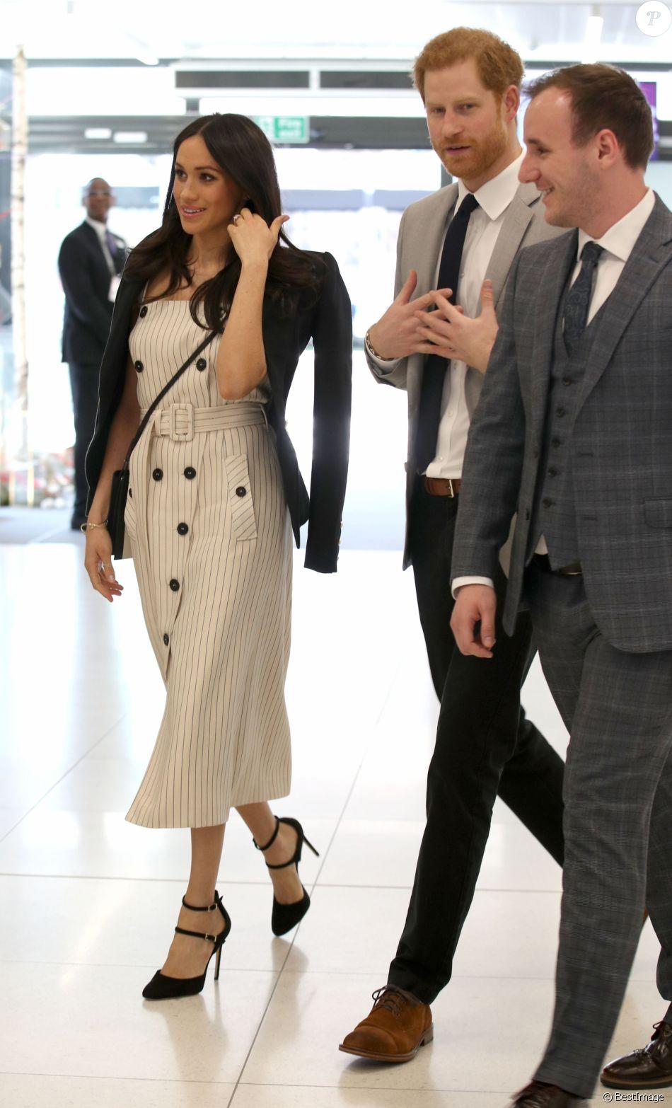 218375e2fc2 Meghan Markle en blazer noir et robe blanche rayée Altuzarra à Londres
