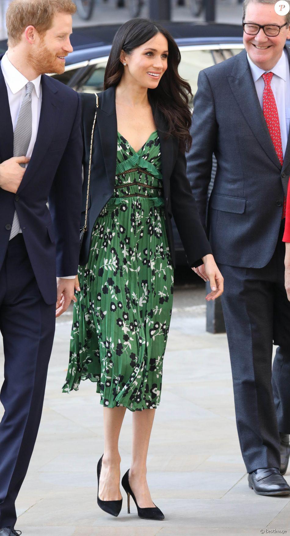 1f744742d88 Meghan Markle en robe Self-Portrait et blazer noir à Londres