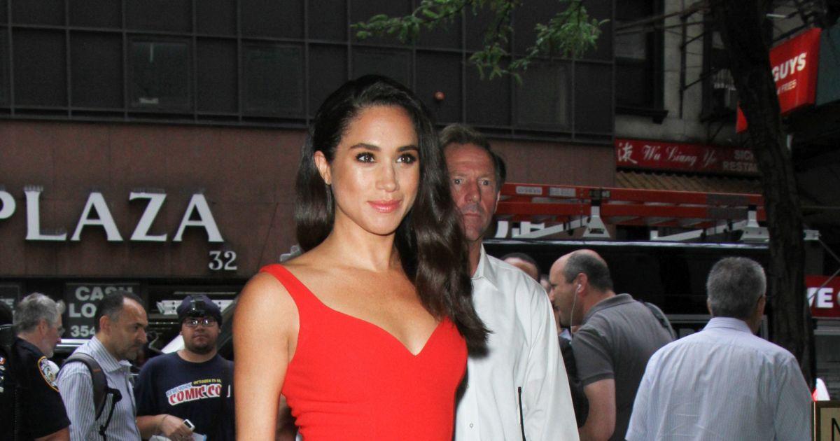 b88979499a1 Meghan Markle en robe rouge ajustée à la taille à New York