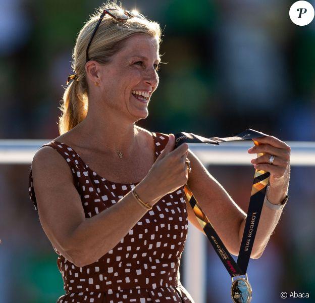 La comtesse Sophie de Wessex lors de la finale de la Coupe du monde de hockey féminin le 5 août 2018 au parc olympique reine Elizabeth à Londres. Dans sa robe marron à pois blancs Prada, la comtesse rappelait Julia Roberts dans Pretty Woman !