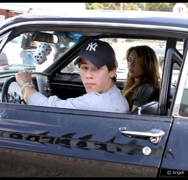 Miley Cyrus et Nick Jonas le 18 avril 2009 après avoir déjeuné ensemble.