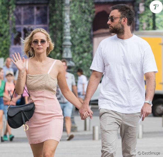 Semi-Exclusif - Jennifer Lawrence et son compagnon Cooke Maroney s'offrent une balade Place Vendôme à peine arrivés à Paris le 8 août 2018.