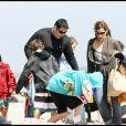 Greg Grunberg, sa femme Elizabeth et leurs trois enfants Jake, Sam et Ben s'éclatent à Malibu. 26/04/09