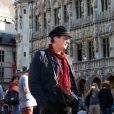Le chanteur Francis Lalanne se recueille lors d'un hommage à Maurane sur la Grand-Place de Bruxelles en Belgique, où pendant une heure étaient diffusés ses plus grands tubes le 8 mai 2018.