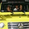 Kim Kardashian vêtue d'une tenue fluorescente profite de la nuit avec ses amis Jonathan Cheban et Larsa Pippen à Miami le 17 août 2018.