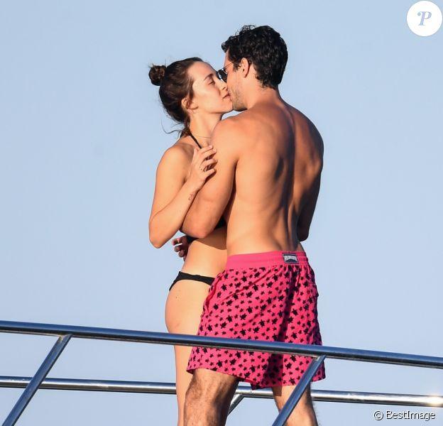 Exclusif - La fille d'Eros Ramazzotti, Aurora Ramazzotti et son compagnon Goffredo Cerza s'embrassent sur un yacht lors de leurs vacances à Porto Cervo en Italie. Le 12 août 2018.