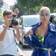 Lady Gaga arrive aux Studios de l'Olivier à Malakoff, le 28 août 2018. Elle porte un manteau bleu et des bottines style Drag Queen.