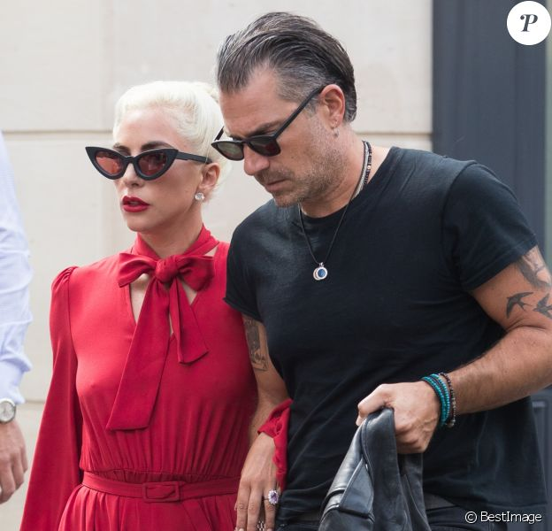 Lady Gaga sort de la brasserie Lipp à Paris avec son compagnon Christian Carino le 27 août 2018.