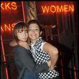 Gros câlin entre Emma de Caunes et Axelle Laffont, lors de la soirée-anniversaire pour les 10 ans de la collection femme de la marque IKKS, dans leur boutique rue d'Argout, à Paris, le 29 avril 2009 !