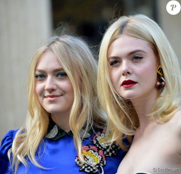 """Dakota Fanning et sa soeur Elle Fanning - Arrivées au défilé de mode printemps-été 2018 """"Miu Miu"""" à Paris. Le 3 octobre 2017 © CVS-Veeren / Bestimage"""