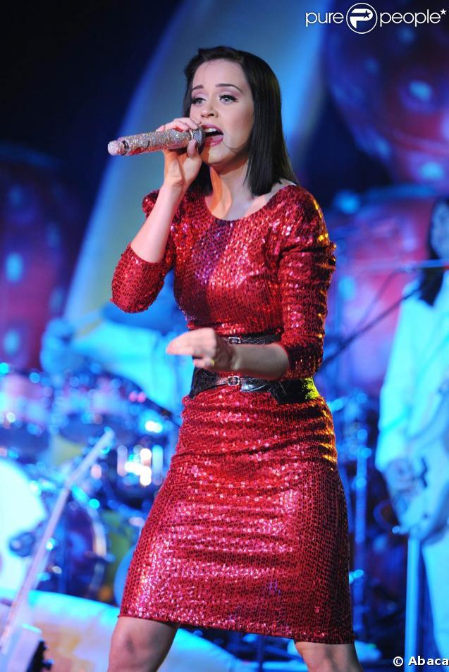 Katy Perry, en tenue très sage sur scène à Fort Lauderdale, en Floride, le 29 avril