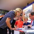 """L'ancien président de la République François Hollande a dédicacé son livre """"Les leçons du pouvoir"""" en compagnie de sa compagne Julie Gayet et de sa chienne Philae, à la libraire """"OCEP- Place Média"""" à Octenville puis à """"L'Encre Bleue"""" à Granville le 1er septembre 2018."""