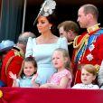 Le prince George et la princesse Charlotte de Cambridge (entre eux, leur cousine Savannah Phillips) au balcon du palais de Buckingham le 9 juin 2018 lors de la parade Trooping the Colour.