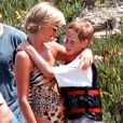 Lady Diana avec son fils le prince Harry en vacances à Saint-Tropez en juillet 1997.