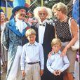 Lady Diana, le prince William et le prince Harry au cirque en août 1990.