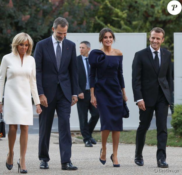 """Brigitte Macron, le roi Felipe VI d'Espagne, le reine Letizia, le président Emmanuel Macron lors de la visite de l'exposition """"Miró : la couleur de mes rêves"""" au Grand Palais à Paris le 5 octobre 2018 © Dominique Jacovides / Bestimage"""