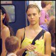 Jessica Alba en look Chanel (sac) et Darel (chaussures) avec sa fille Honor Marie dans les rues de Los Angeles