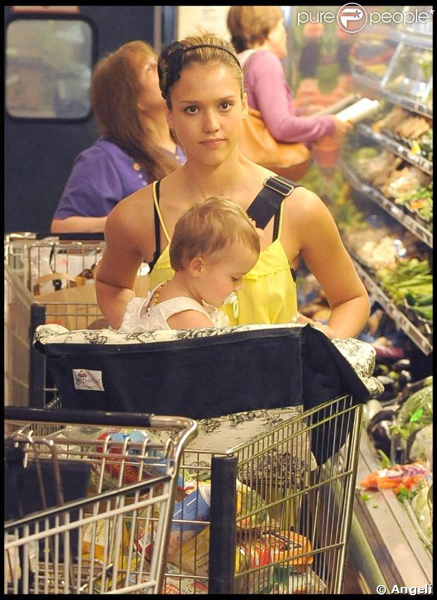 Jessica Alba en look Chanel (sac) et Darel (chaussures) avec sa fille Honor Mair dans les rues de Los Angeles