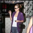Jessica Alba en look Chanel (sac) et Darel (chaussures) dans les rues de Los Angeles