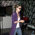 Jessica Alba en look Chanel (sac) et Darel (chaussures)dans les rues de Los Angeles