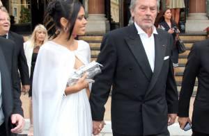 Alain Delon aime les voitures et les femmes...mais qui donc est cette superbe jeune femme qui l'accompagne ?