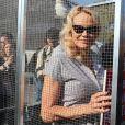 L'actrice américaine Pamela Anderson (Danse avec les Stars 2018) se fait enfermer lors d'un happening contre les élevages en cage sur la place de la République à Paris, France, le 10 octobre 2018. 130 ONG lancent ce mercredi une initiative citoyenne européenne pour mettre fin à l'élevage des animaux de ferme en gage. © Sébastien Valiela/Bestimage