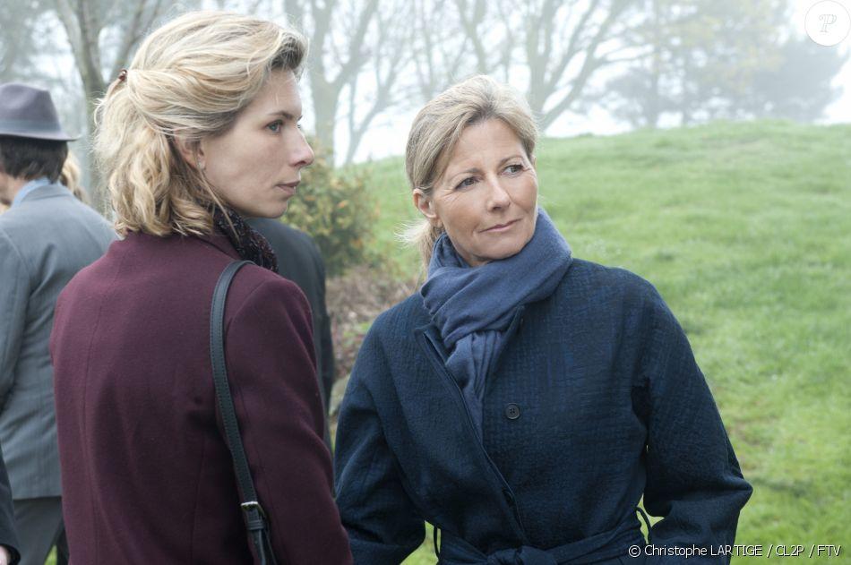 """Claire Chazal fait ses premiers pas d'actrice dans la fiction """"Le Mort sur la plage"""" qui sera diffusée sur France 3 le samedi 20 octobre à 21h."""